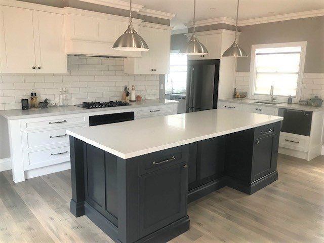 Highland Kitchens - A traditional white kitchen with a contrasting dark island